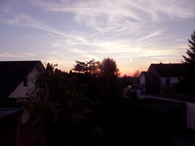 Blick in den Himmel nach Sonnenuntergang mit Kondensstreifen