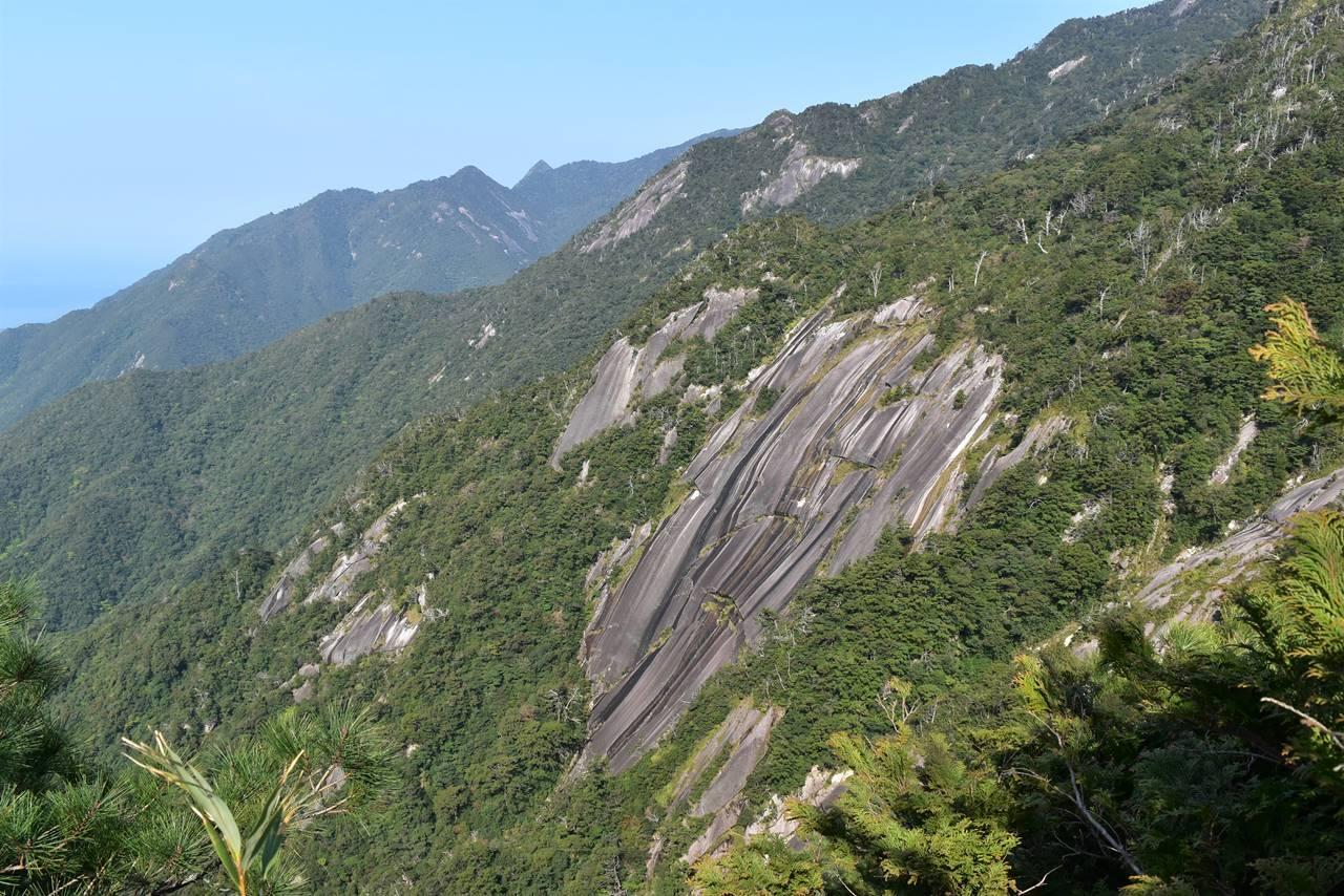 モッチョム岳から眺める花崗岩の大岩壁