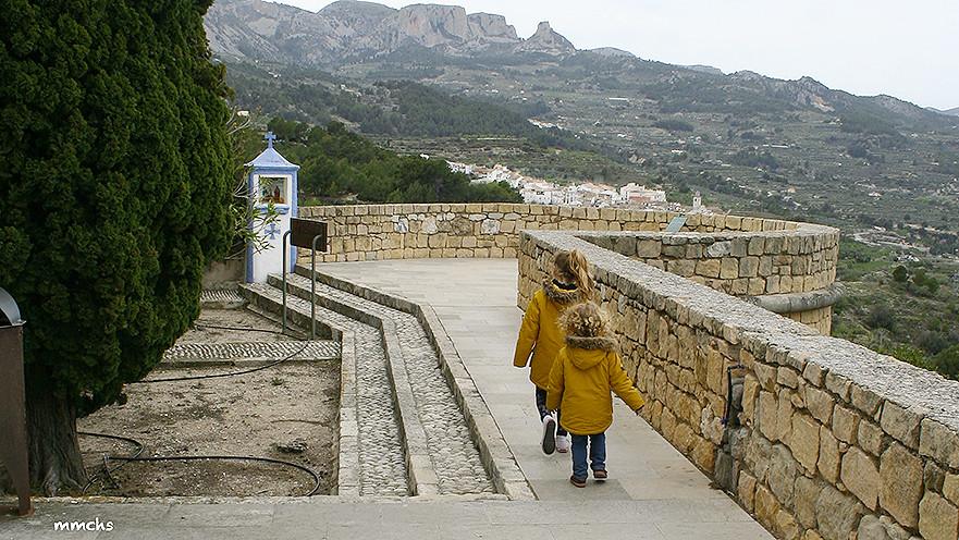 castell de Guadalest con niños