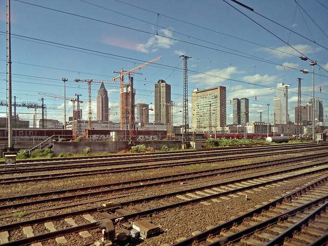 Skyline Frankfurt am Main, im Vordergrund Gleisanlagen