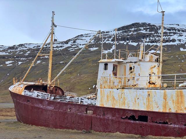 Barco varado en los fiordos del oeste camino a Látrabjarg (Islandia)