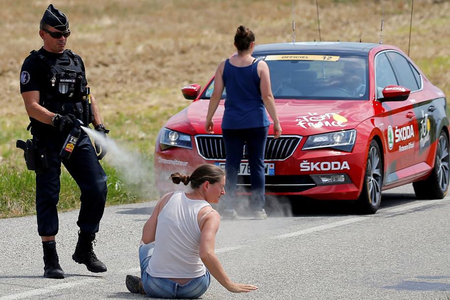 警察向闯入环法自行车赛的示威者发射胡椒喷雾。(图片来源:Reuters)