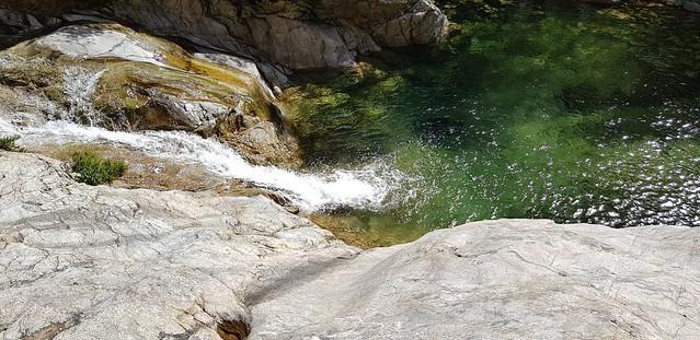 La grande vasque-cascade en amont de la brèche