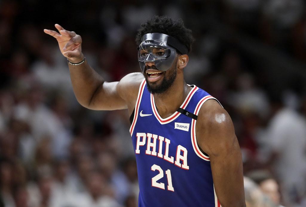 Joel Embiid傷癒歸隊戴上面罩有亮眼演出。(達志影像)