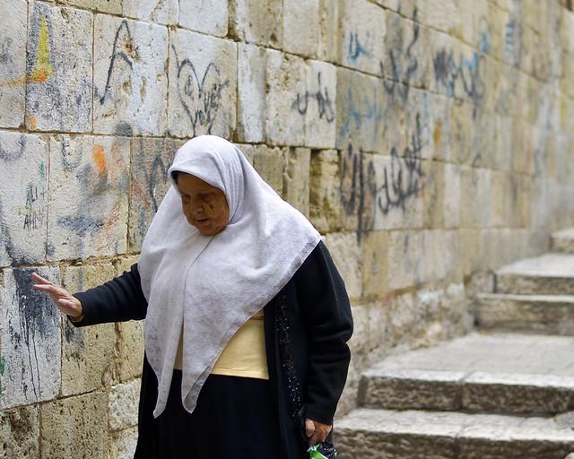 Señora caminando por las calles de Jerusalén