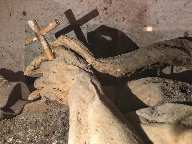 Una de las momias de Liétor sosteniendo una cruz de madera