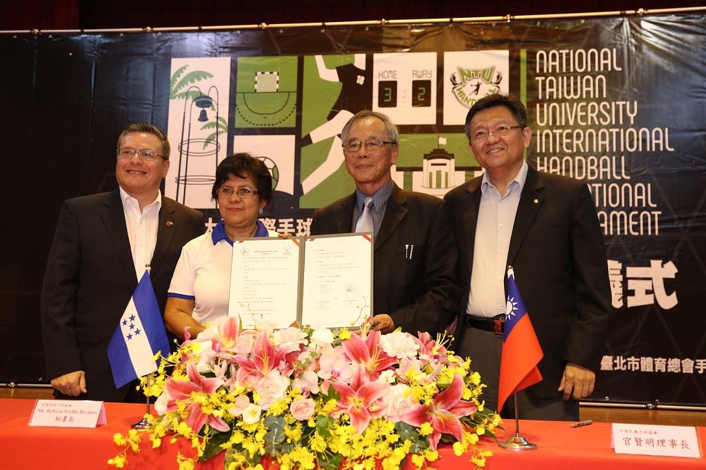 體育署林哲宏副署長(圖右)與宏都拉斯大使館Sierra(圖左1)。(體育署提供)