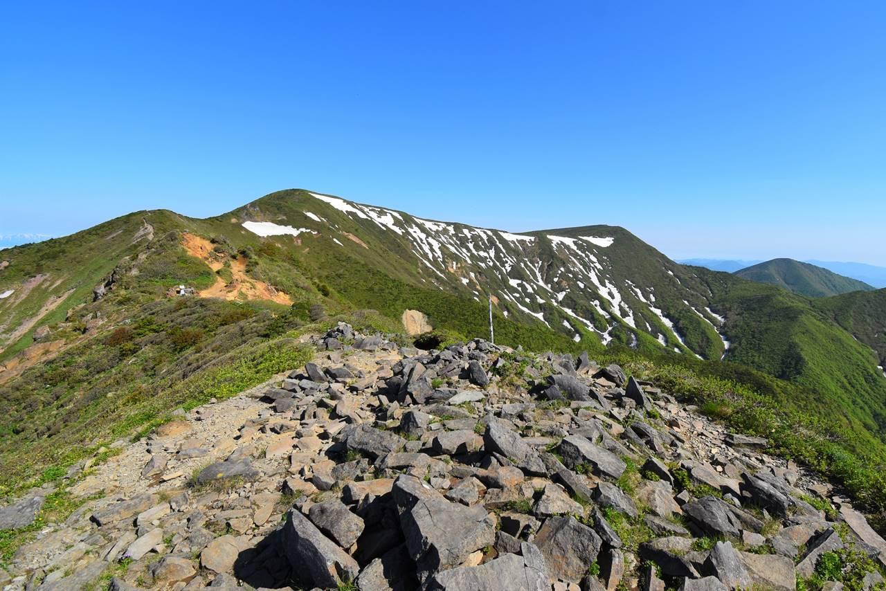不忘山山頂から眺める屏風岳への稜線