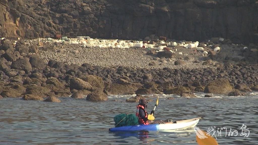 961-2-06s澎湖在地青年發起環保旅行,帶遊客看海邊垃圾、撿垃圾,划著獨木舟觀察小島上的海洋廢棄物。