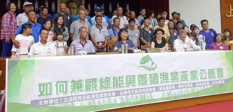 約80位七股養殖漁民現身行政院、立法院,呼籲政府建立完善的漁電共生機制。賴品瑀攝。
