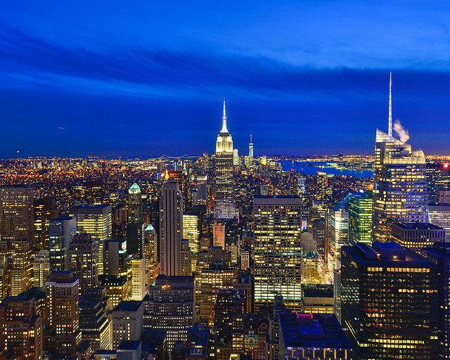 Nueva York de noche con el Empire State iluminado en el centro
