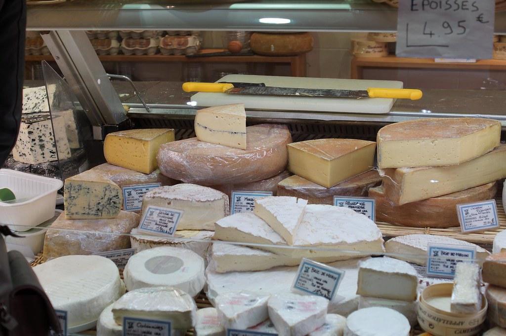 根據法國國家原產地和質量研究院INAO資料,2016年法國擁有AOP標章認證的乳製品有50種,大多數為乳酪,營業額達21億歐元。