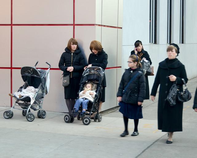 Mujeres con niños en carrito en una de las mejores visitas que hacer en Nueva York, el barrio de Williamsburg