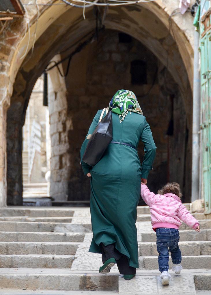 Mujer musulmana con su niño por las calles de Jerusalén