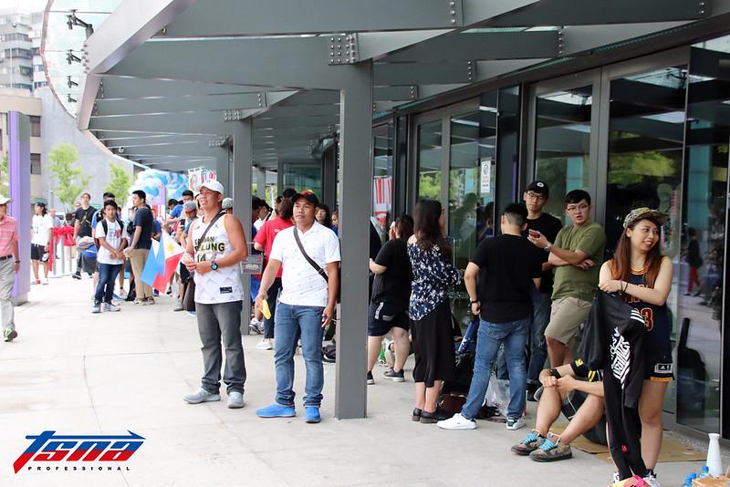 中菲大戰吸引大量球迷排隊等待入場。(林志儒/攝)