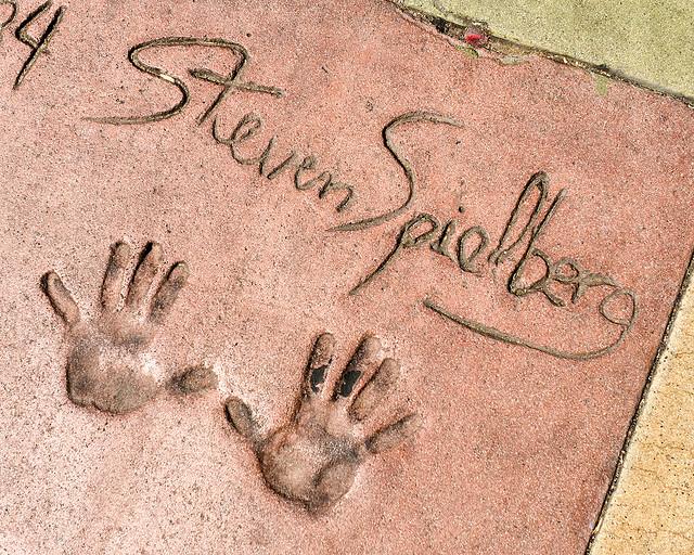 Huellas y firma de Steven Spielberg en el paseo de la fama de Hollywood
