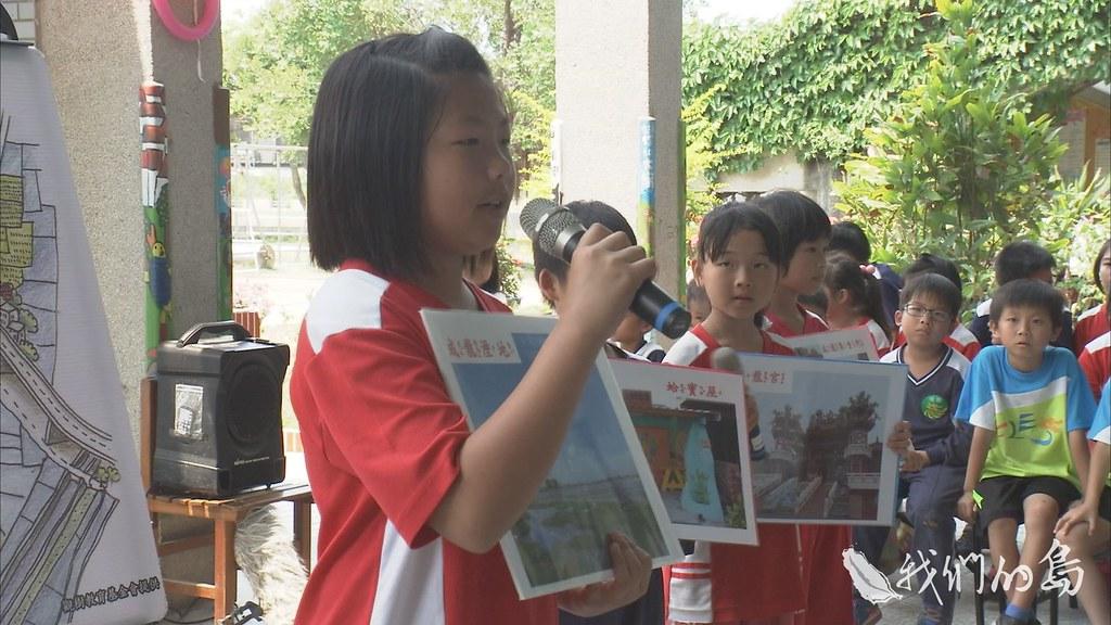 963-3-38s學生們向藝術家介紹成龍濕地的環境,藝術家以地球儀自我介紹國家的位置,進行雙方的交流。