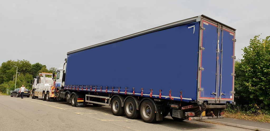 ca02tow recovering artic from m4 junction 32 wide load bay. Black Bedroom Furniture Sets. Home Design Ideas