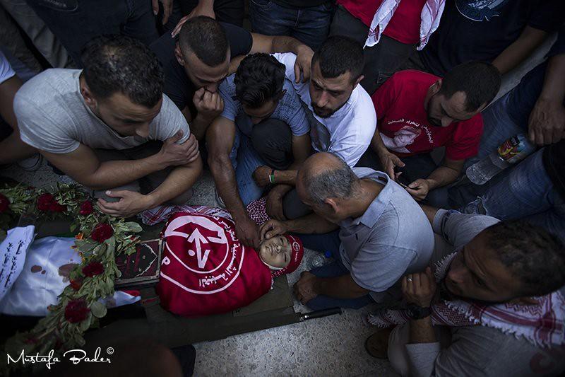 伯利恆难民营的巴勒斯坦民众,向遭射杀的15岁青年米兹哈告别。(图片来源:Mustafa Bader/ZUMA Press)