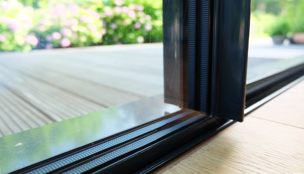 德國窗戶一般為向外或向上開啟,這種軌道式的三層落地窗並不多見