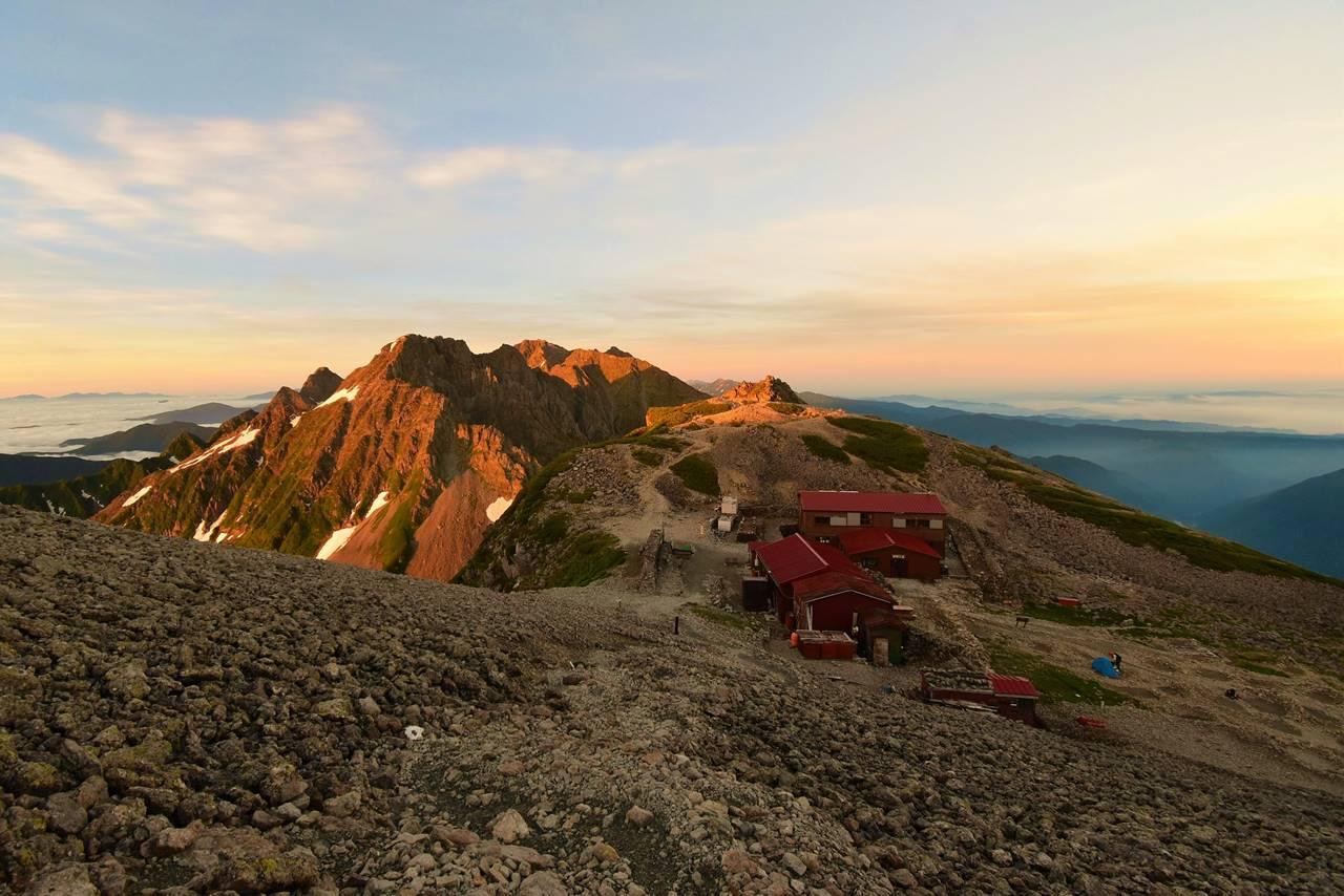 南岳小屋と穂高岳のモルゲンロート