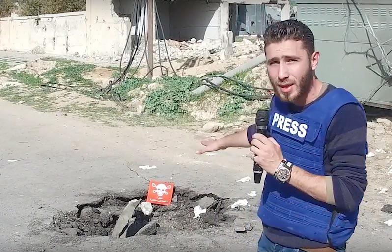 Youtube短片截圖,西奧多根據太陽仰角判斷,短片拍攝於爆炸四小時後,他質疑如果真是釋放沙林毒氣,這名男子不可能在沒有任何防護下安然無恙。