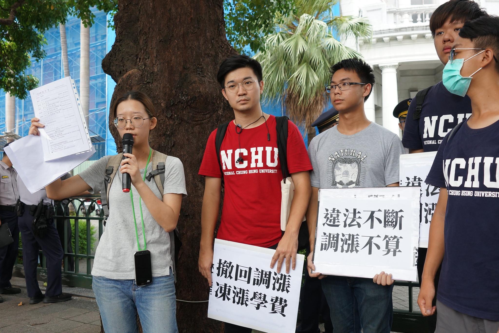 学生要求监察院调查、纠正教育部。(摄影:王颢中)