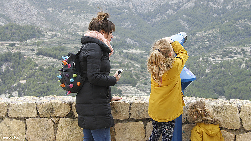 el castell de Guadalest con niños