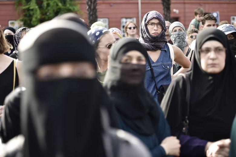 丹麥民眾抗議剛生效的面紗禁令。(圖片來源:EPA-EFE)