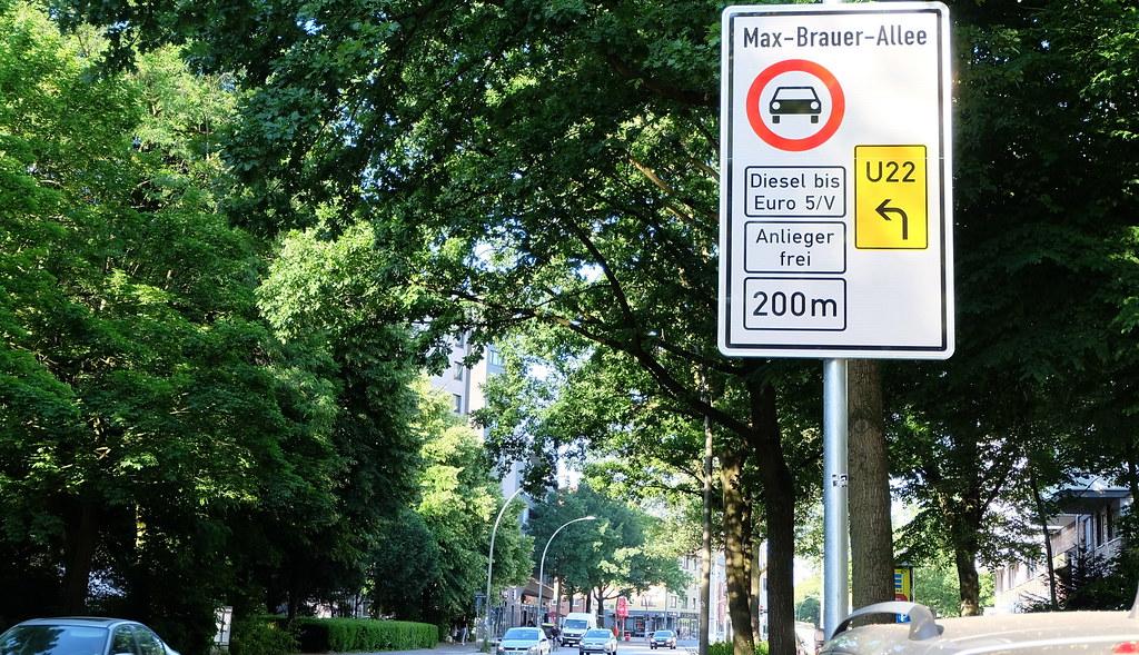漢堡Max-Brauer-Allee街上大量標示提醒柴油車禁令。攝影:陳文姿
