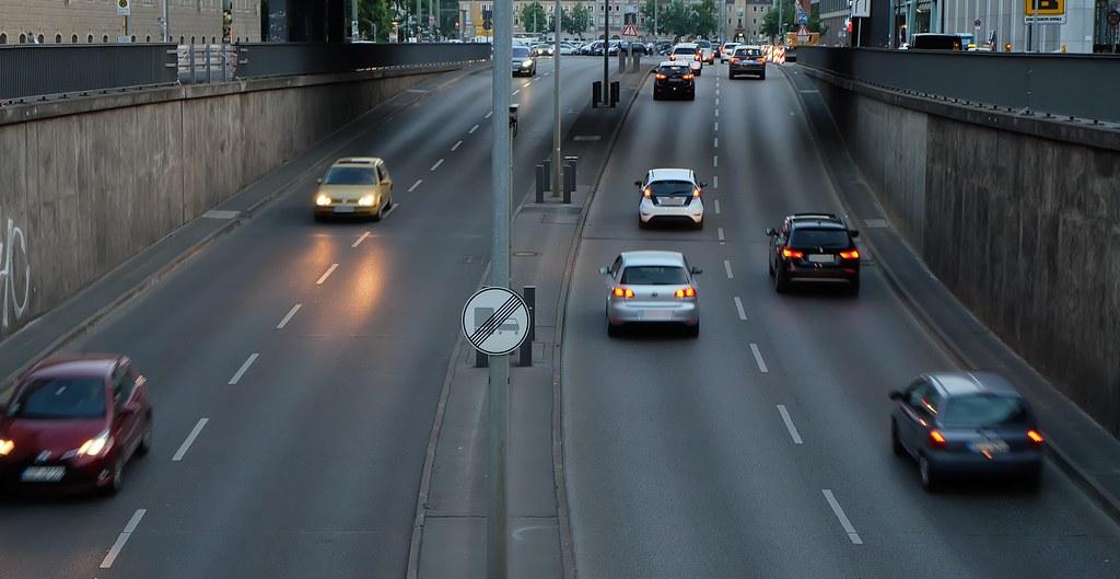 車輛提供便利的運輸工具,但也佔據都市空間並消耗許多能源。攝影:陳文姿