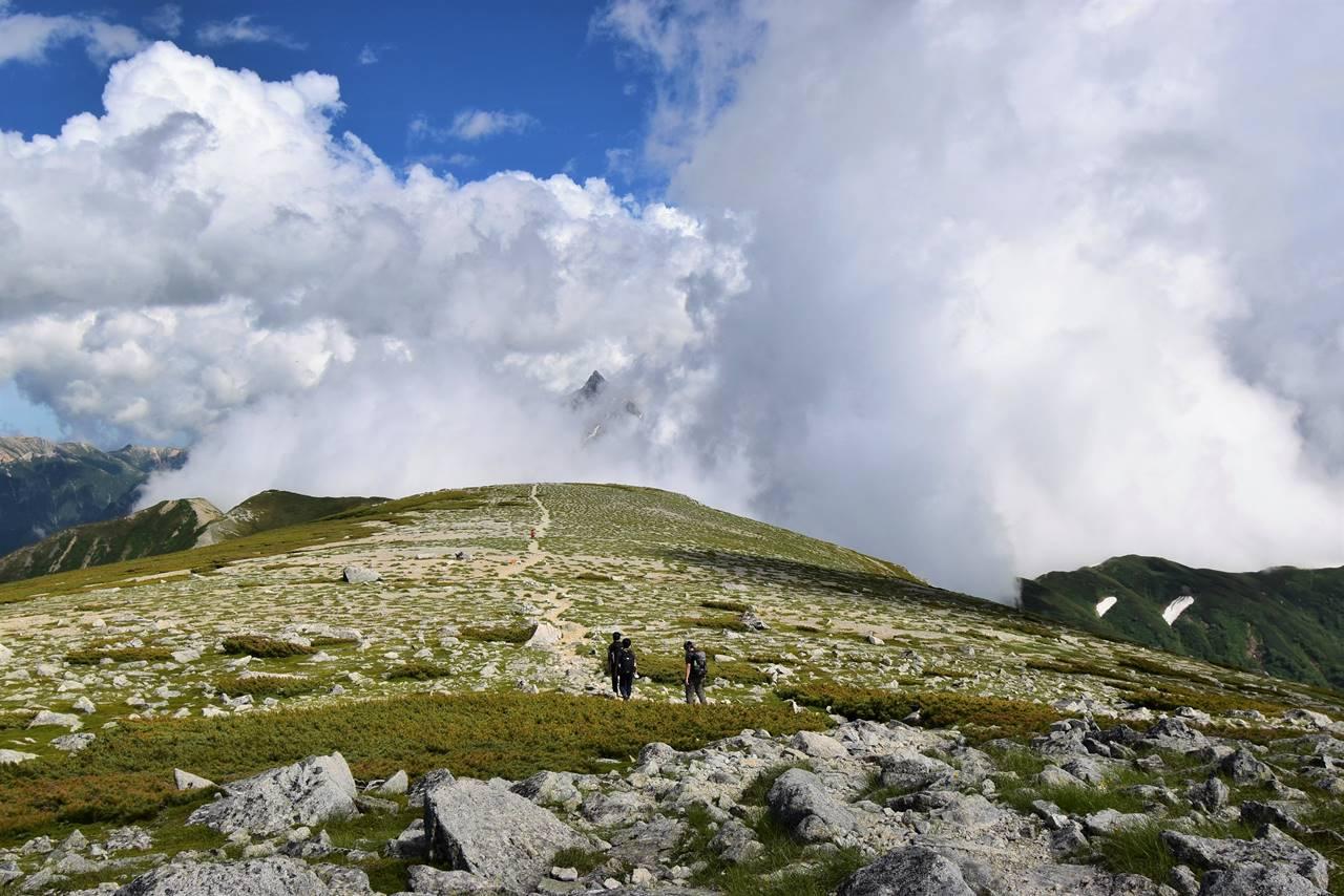 双六岳の広い稜線