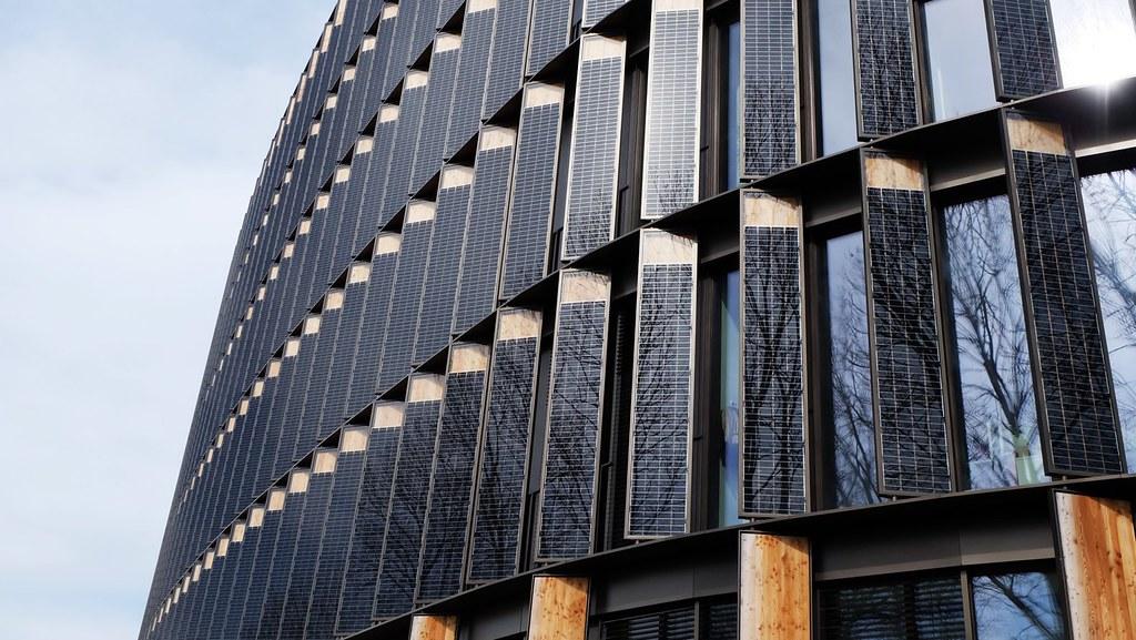 弗萊堡市政大樓是一座氣候中和建築,立面大量採用太陽能板。