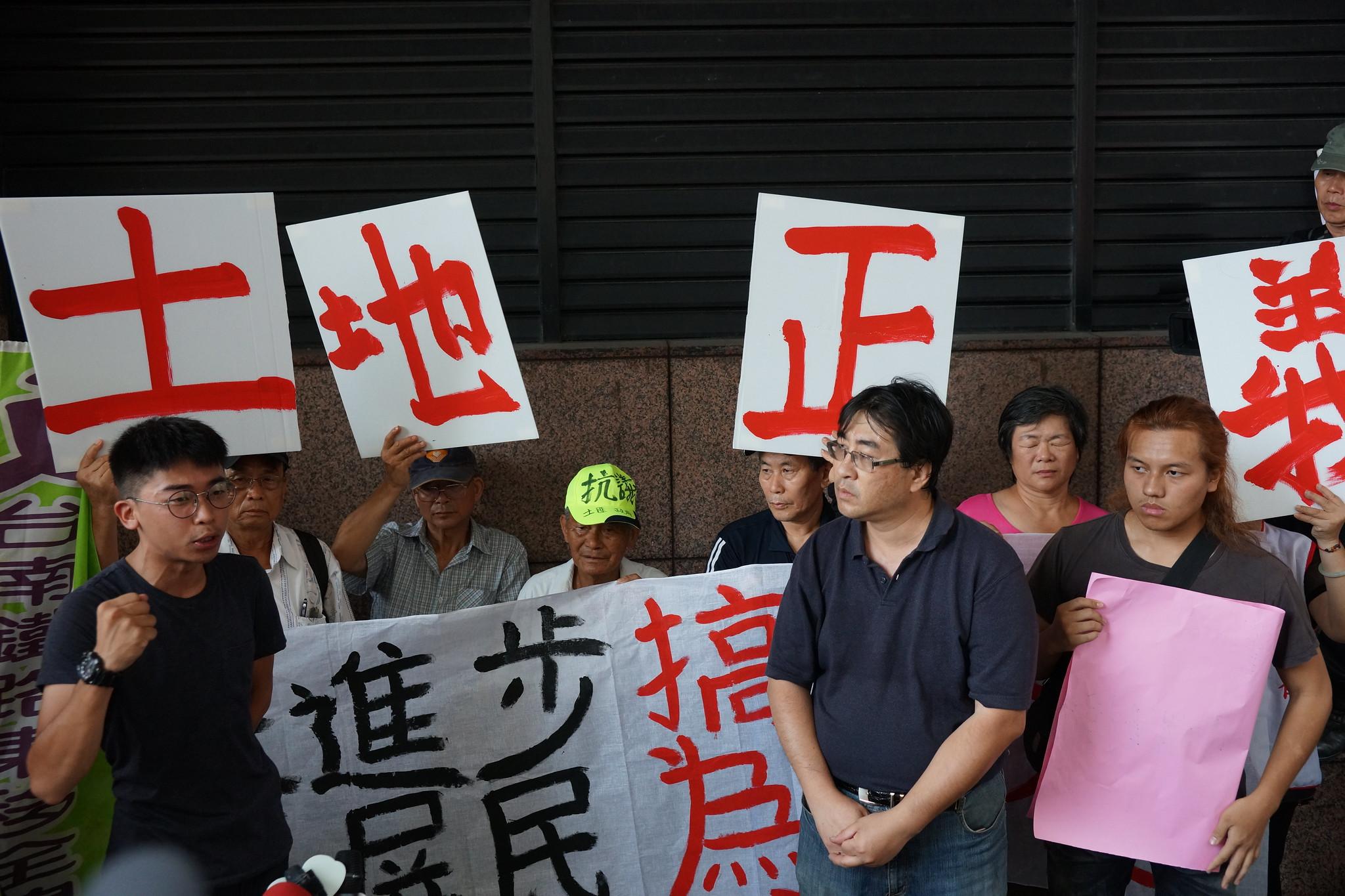 反迫遷團體串聯抗議民進黨,但被警方包圍排除在紹興南路段騎樓,無法接近黨部。(攝影:王顥中)