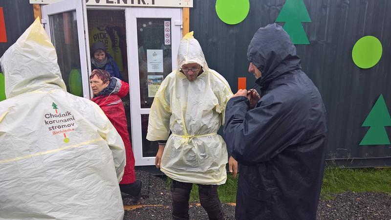 5f1801b960e8 Mivel továbbra is eléggé kérdéses volt az eső lehetősége, és az azóta még  jobban felázott úton kellett visszamennünk, vettünk esőkabátot, biztos, ...