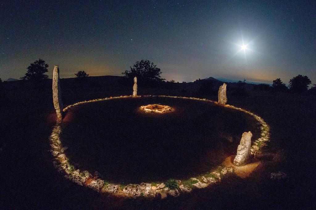 Cromlech de Mendiluze pintado con linterna y luna en cuart… | Flickr