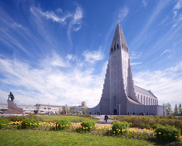 Catedral de Reykiavik en un día soleado