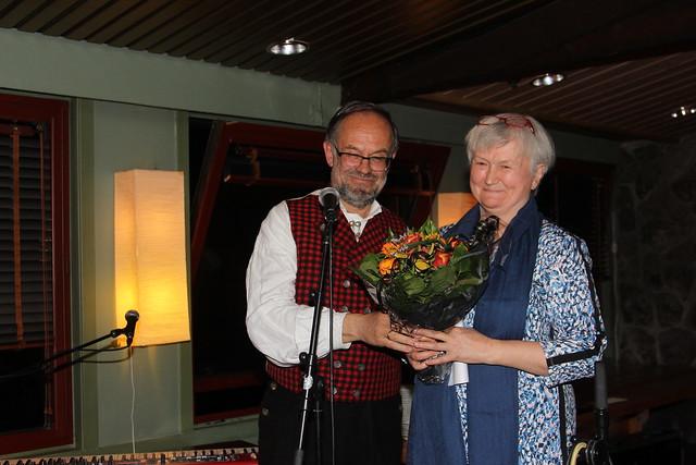 Oddny Miljeteig er tildelt heidersmedlemsskap i Noregs Mållag, og Magne Aasbrenn, leiar i Noregs Mållag, delte ut heideren. (Foto: Hallstein Dvergsdal)