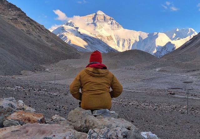 Sele ante un atardecer increíble en el Everest (Tíbet)