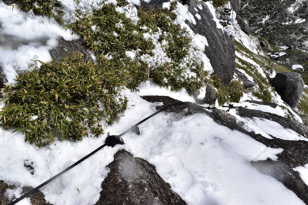 永田岳山頂のロープ