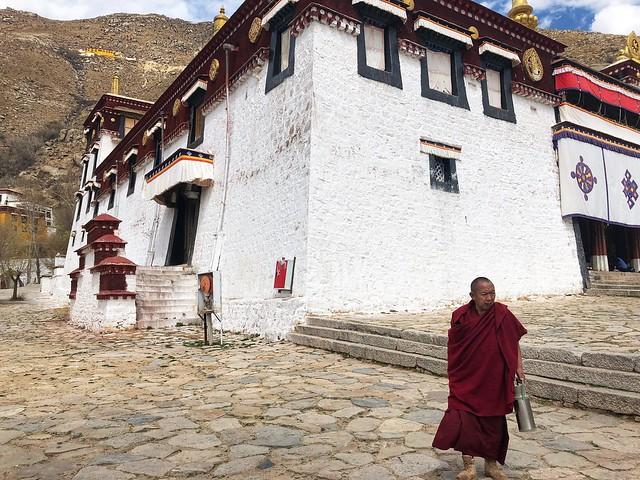 Monje tibetano en el monasterio de Sera (Lhasa, Tíbet)