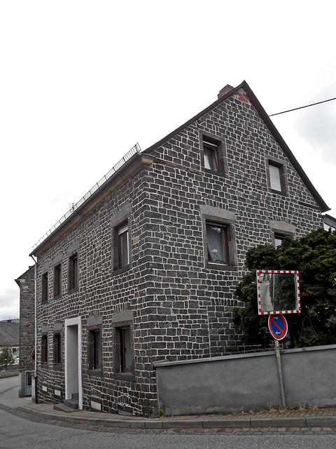 Wohnhaus aus dunklem Basalt in der Vulkaneifel