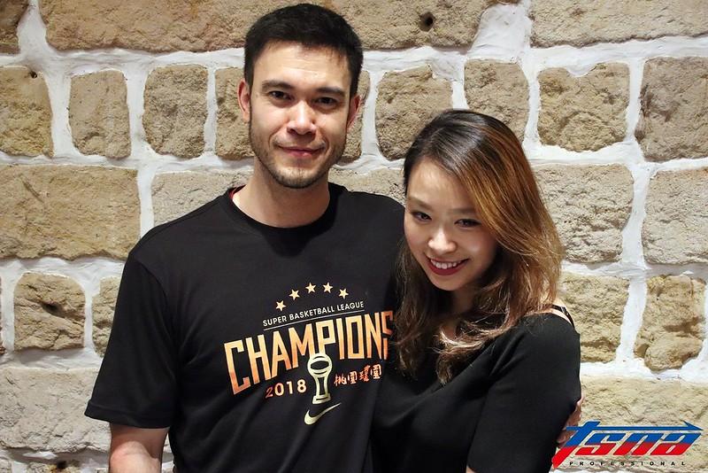 麥班達(圖左)與未婚妻Claire。(林志儒/攝)