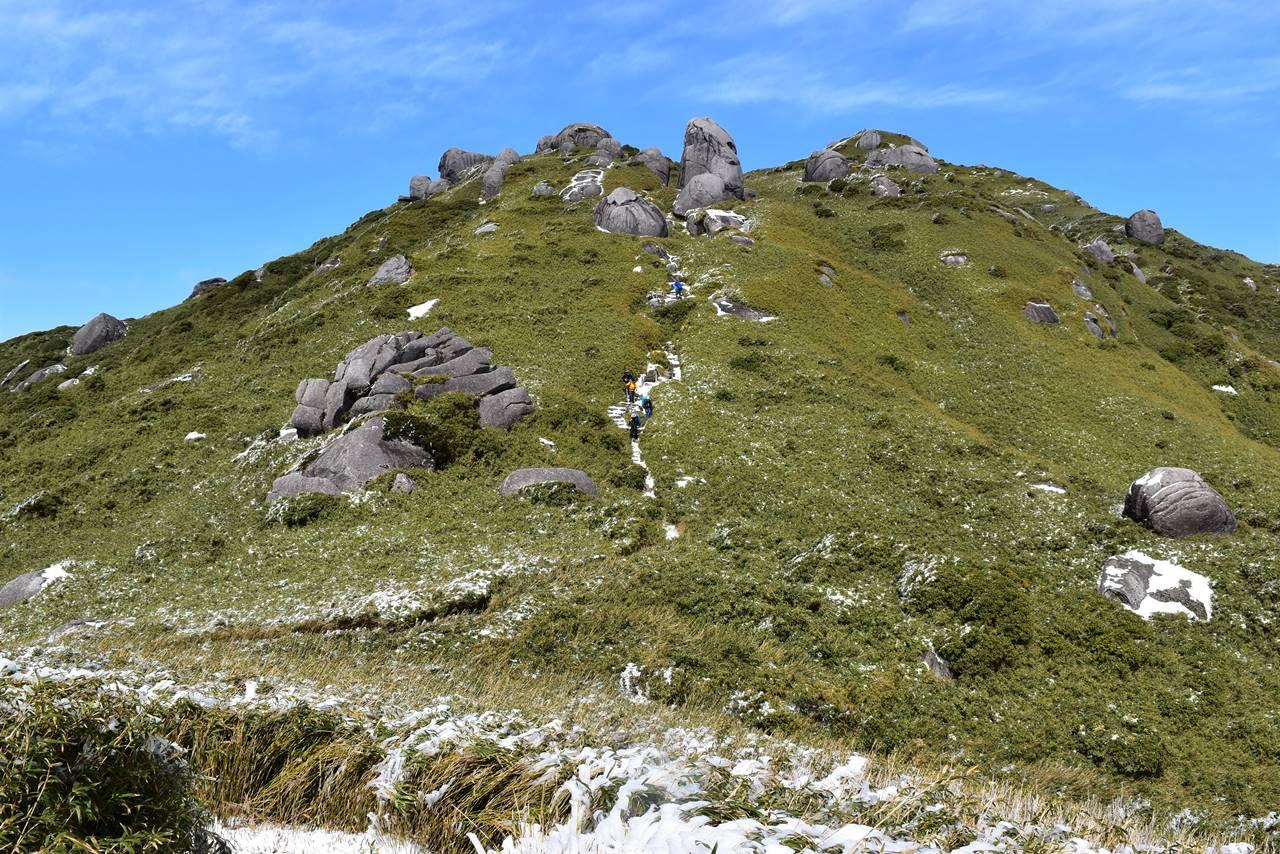 宮之浦岳縦走登山 草原と巨岩の登山道