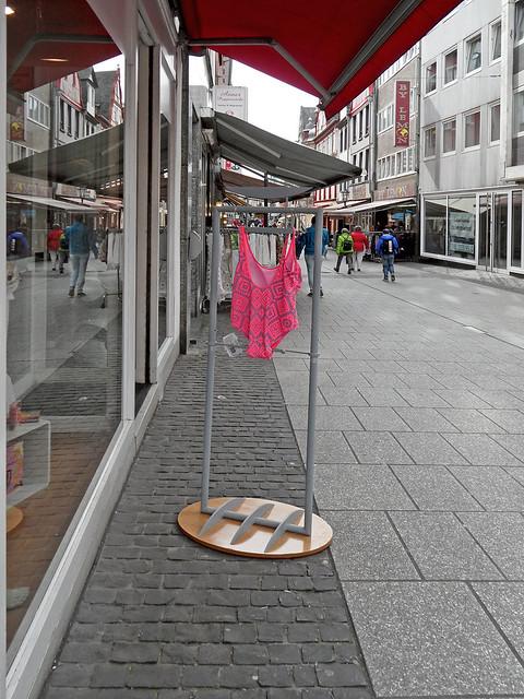 Badeanzug auf einem Ständer vor einem Geschäft in der Fußgängerzone