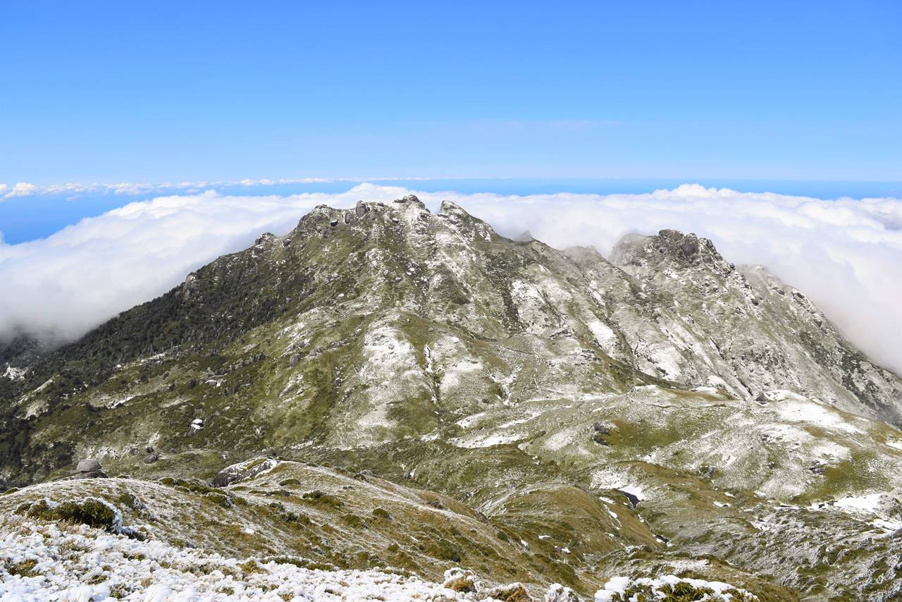 宮之浦岳から眺める雪の永田岳と雲海