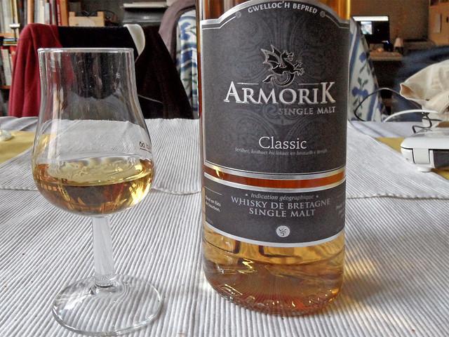 """Whiskyflasche """"Armorik"""" und Glas"""