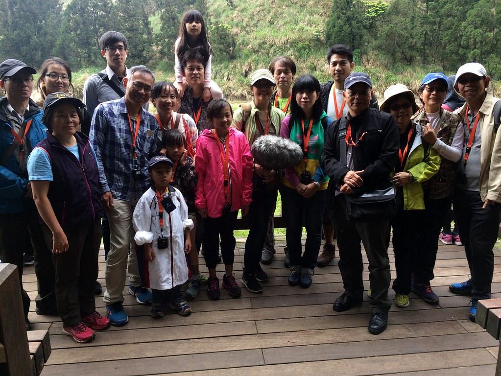 參與作品發表會的與會者於夢幻湖畔合影。攝影:郭叡