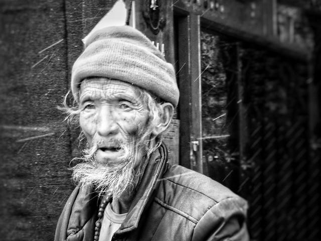 Anciano tibetano en Sakya (Tíbet)