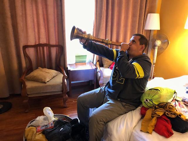 Sele tocando una trompeta tibetana
